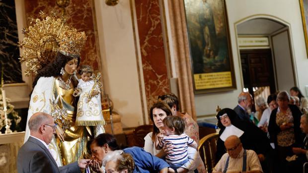 Imagen de archivo del besamanos de la Virgen de los Desamparados de Valencia