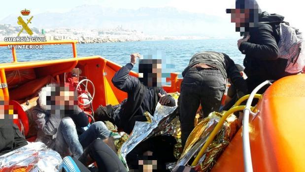Efectivos de la Guardia Civil trasladando al puerto de Altea a los inmigrantes rescatados