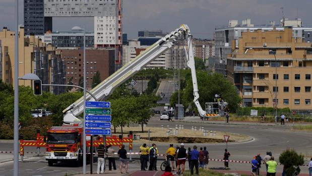 Los bomberos trabajan en el socavón que provocó la salida en tromba del agua