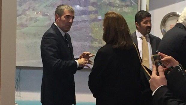 Fernando Clavijo discute con la presidenta de Ascav, Doris Borrego, en Londres