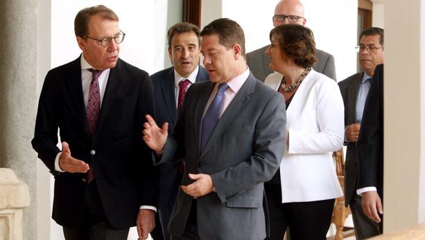 El presidente regional conversa con el embajador de Finlandia el día que se presentó el proyecto en Toledo, hace casi un año