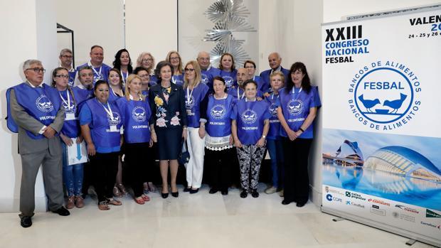 Imagen de la Reina Sofía con los voluntarios de los Bancos de Alimentos