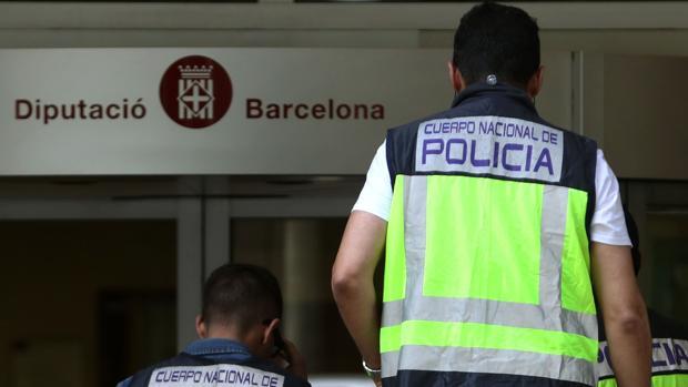 Varios policías se dirigen hacia la entrada de la sede de la Diputación de Barcelona