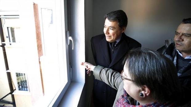Ignacio González, en 2014, entregando las llaves de una vivienda del cupo de especial necesidad del Ivima