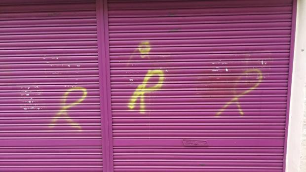 Lazos amarillos pintados sobre la verja metálica de la tienda de la madre de Albert Rivera
