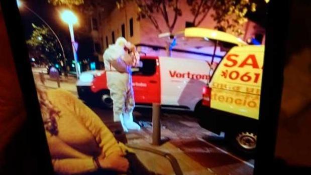 Un sanitario retira el bote que ha saltado la alarma por ébola en Palma