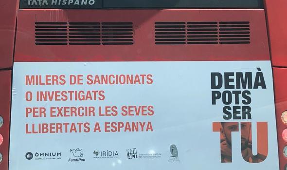 Cartel denunciado por el PP en uno de los autobuses de Barcelona