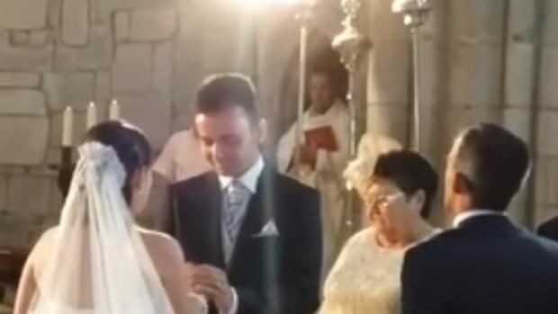 Captura del momento de la llegada al altar