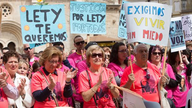 Manifestantes con carteles que recuerdan a la joven asesinada