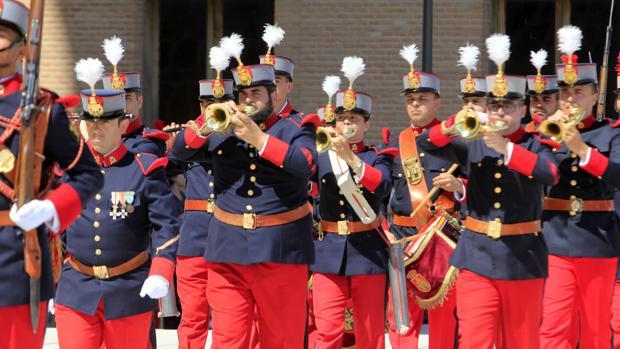 El Regimiento Inmemorial del Rey adopta el uniforme de 1908 de la época del reinado de Alfonso XIII