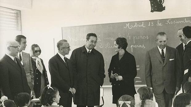 José Luis Villar Palasí, en el centro, durante una visita a un colegio de Madrid en 1969