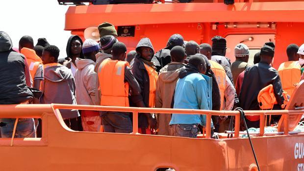 Algunos de los 72 inmigrantes que Salvamento Marítimo rescató el sábado en el mar de Alborán y que fueron trasladados al puerto de Almería