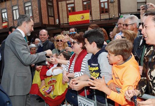 Don Felipe saluda a un grupo de vecinos en Aguilar de Campoo