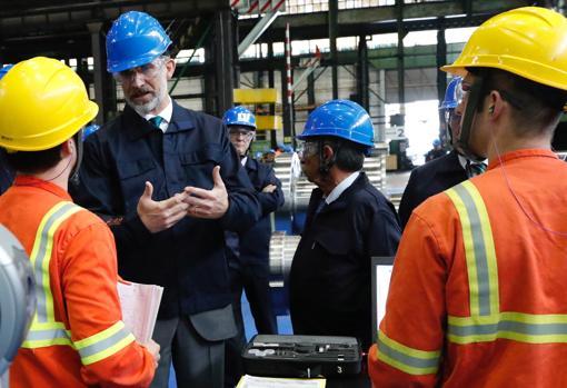 Don Felipe habla con los trabajadores en su visita a la fábrica de Sidenor