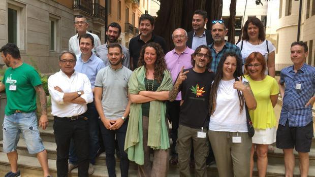 Portavoces del PSPV, Compromís y Podemos junto a asociaciones defensoras de la regulación del cannabis el pasado año