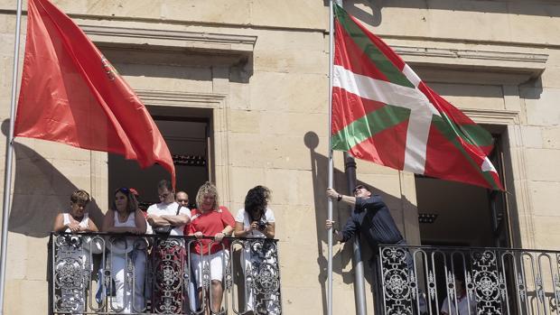 La ikurriña, bandera oficial del País Vasco, colocada en el Ayuntamiento de Tafalla, en Navarra