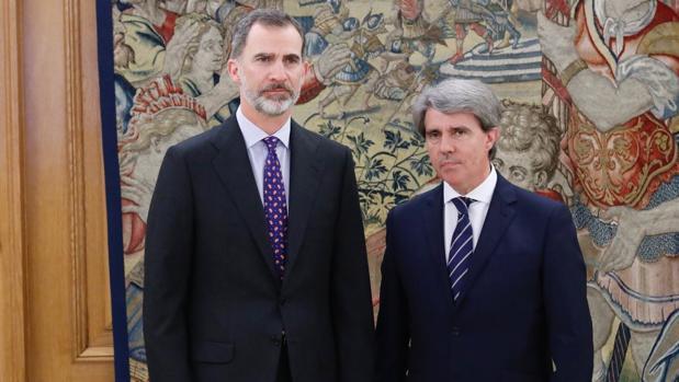 El Rey con el presidente de la Comunidad de Madrid, Ángel Garrido, en la tarde de este miércoles en La Zarzuela