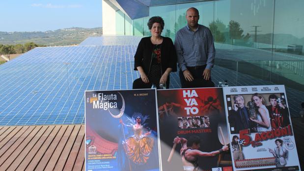Carlos Linares y Maite Serrat, con carteles de varios espectáculos programados en el Auditori Teulada Moraira