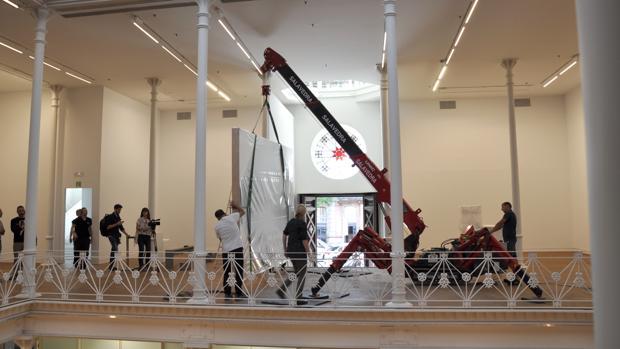 Proceso de trasladode la obra, ayer en la Fundación Tàpies oc