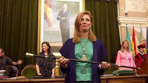Imagen de archivo de la alcaldesa de Castellón, Amparo Marco, con la vara de mando