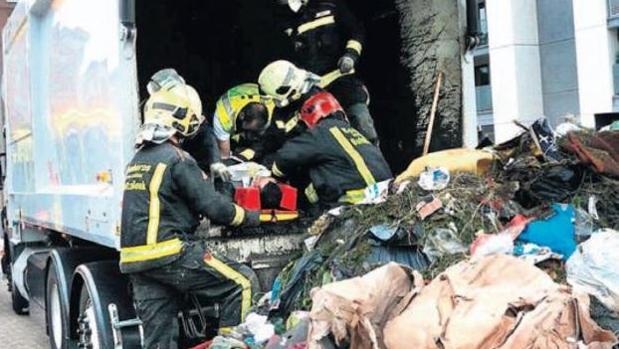 El rescate de un hombre de un camión de basura el pasado año