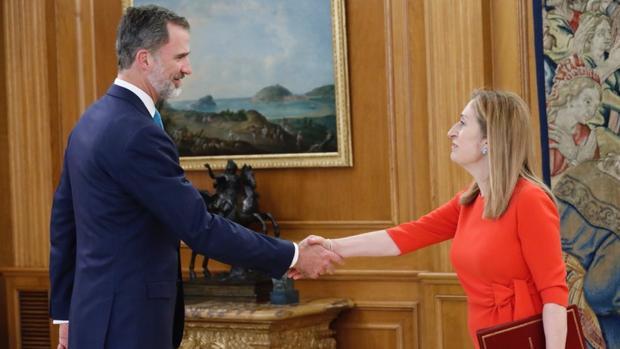 Ana Pastor, presidenta del Congreso, saluda al Rey