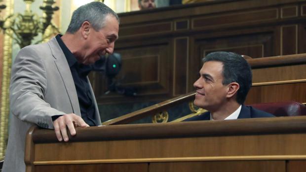 Imagen del portavoz de Compromís en el Congreso, Joan Baldoví, junto a Pedro Sánchez tomada este jueves