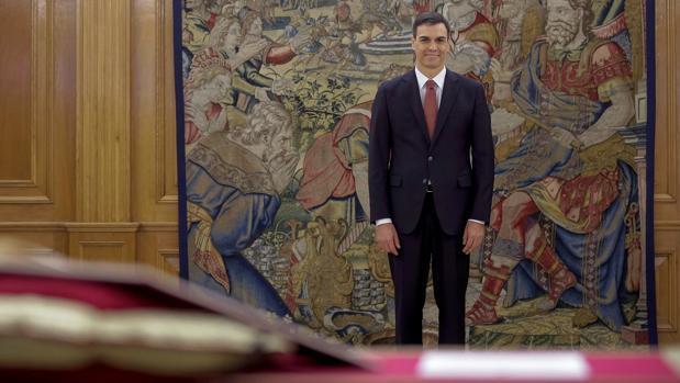 Pedro Sánchez promete el cargo sin simbología religiosa, algo inédito hasta el momento