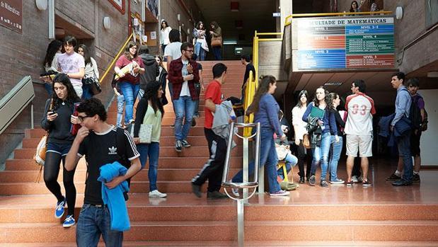 Estudiantes en el pasillo central de la Facultad de Matemáticas de la Universidade de Santiago