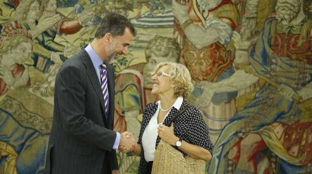 Manuela Carmena saluda a Felipe VI, en una imagen de archivo