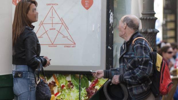 Un hombre ofrece dinero a una prostituta en la calle de Montera
