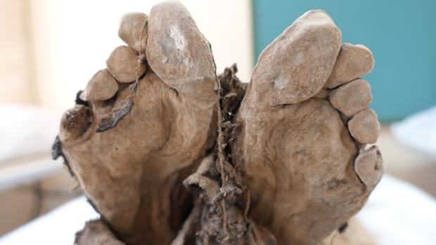 Pies de uno de los cuerpos que se exhiben en este nuevo museo aragonés