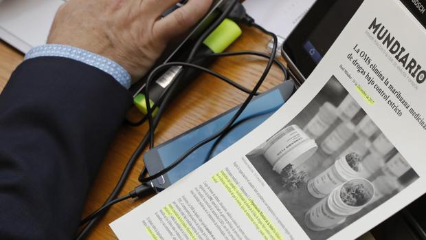 Imagen de un recorte de prensa sobre la marihuana en el escaño del portavoz de Podemos