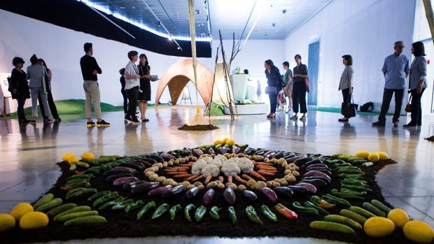 Un grupo de personas visitan la exposición «El mejor diseño del mundo» perteneciente a la Barcelona Design Week