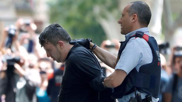 Los Mossos conducen al presunto homicida al escenario del crimen para un registro