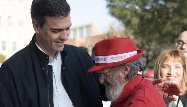 Pedro Sánchez saluda a Antonio Castañeda durante la campaña de las primarias del PSOE