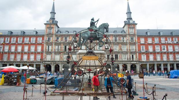 La noria es una de las atracciones clásicas que estos días estarán abiertas en la Plaza Mayor