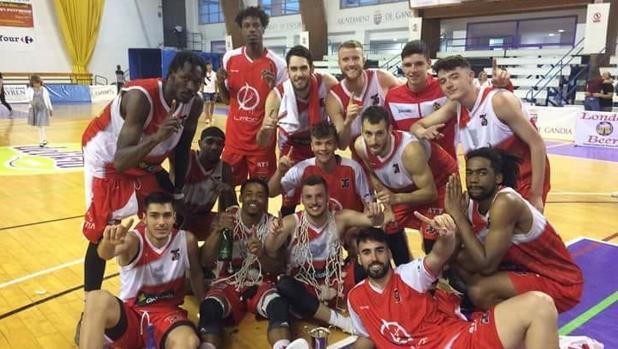 La plantilla del CB Villarrobledo celebra el ascenso logrado en Gandía en mayo