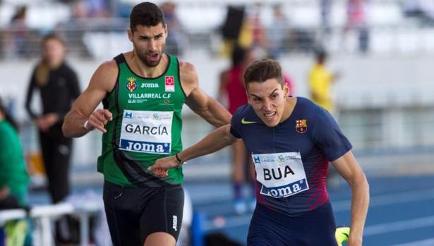 Lucas Búa entra por delante del también español Samuel García en la prueba de 400 metros celebrada este viernes en el Estadio Iberoamericano de Atletismo «Emilio Martín» de Huelva