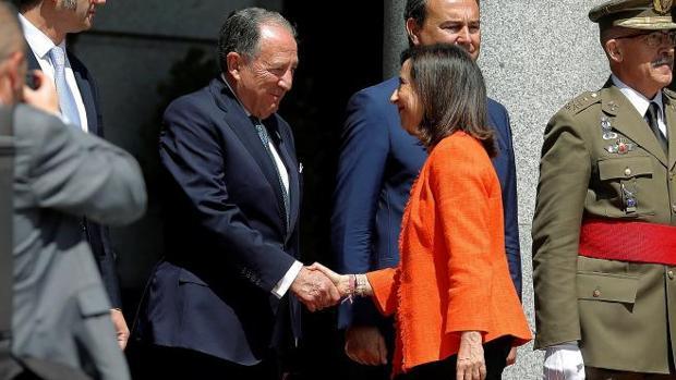 La ministra de Defensa Margarita Robles, saluda al Director del CNI Félix Sanz Roldán