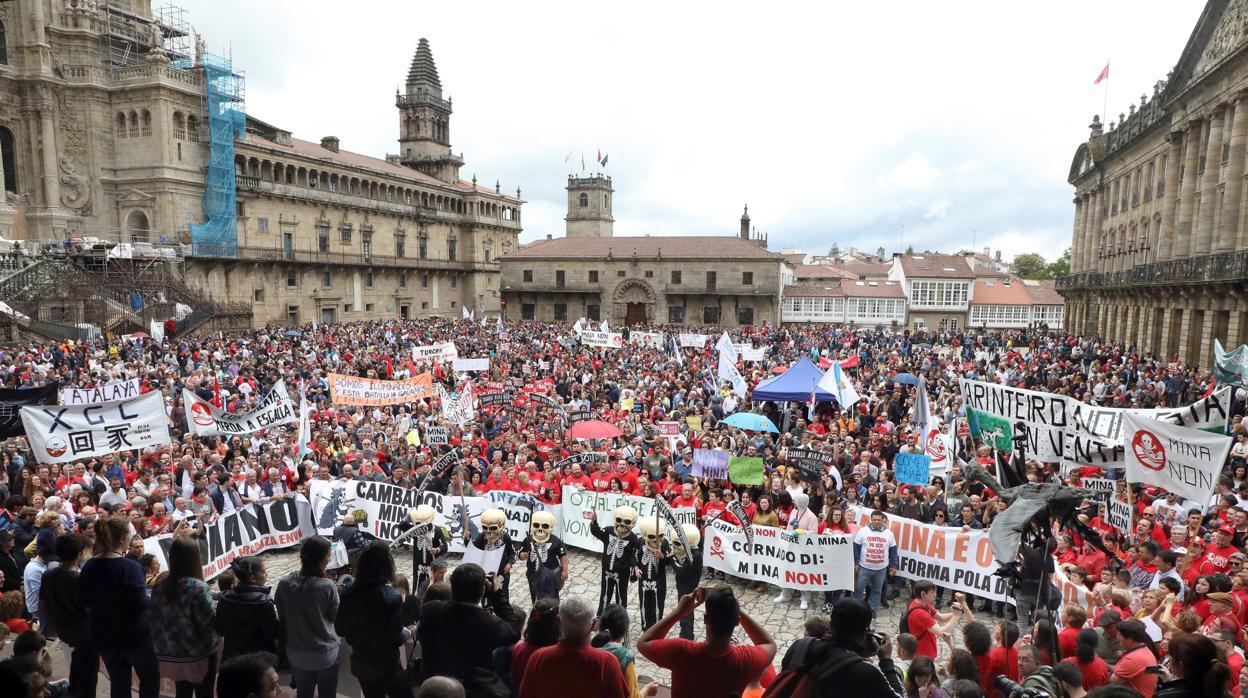 Miles de personas protestan en Santiago contra la mina de Touro
