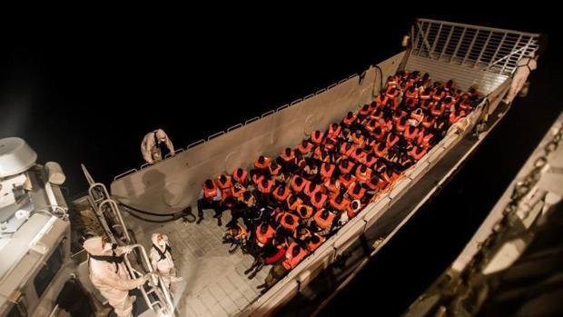 Rescatados que viajan en el buque Aquarius hacia Valencia