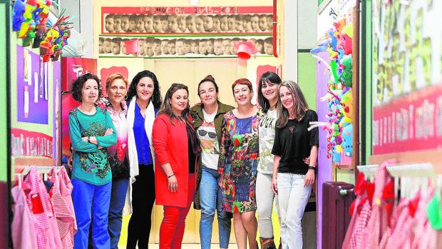 Marila Aleixandre, izquierda, con Ángeles Vidal, Sandra Otero, Silvia González, Sandra Real, Dolores Vázquez, Laura Valiño y Sabela Fernández