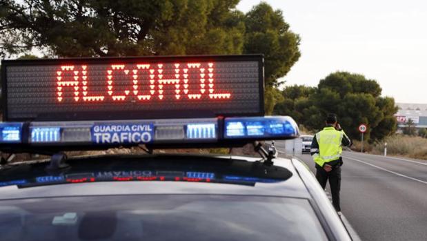 Controles de alcoholemia de la Guardia Civil en una carretera de al provincia de Alicante
