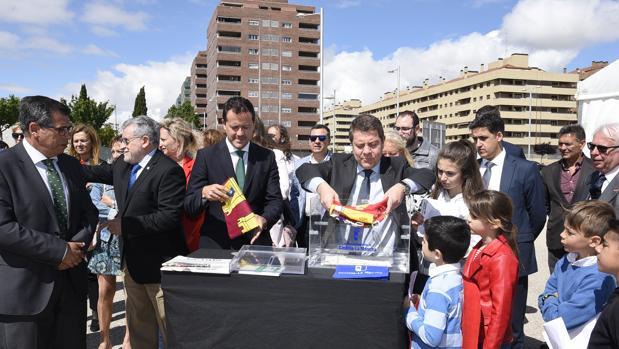 García-Page, junto al alcalde de Seseña, en el acto de colocación de la primera piedra del nuevo colegio
