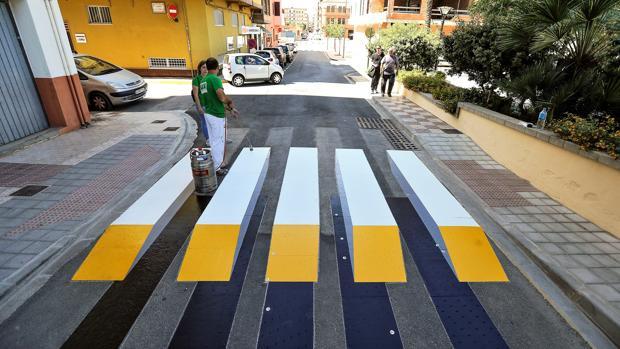 Imagen del paso de peatones instalado este lunes en Almussafes