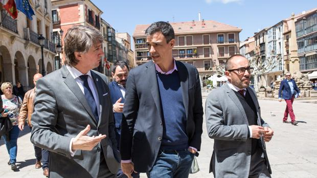 El secretario general del PSOE, Pedro Sánchez, visita Soria acompañado por el alcalde, Carlos Martínez y el secretario general provincial y presidente de la Diputación, Luis Rey (D), el pasado mes de mayo