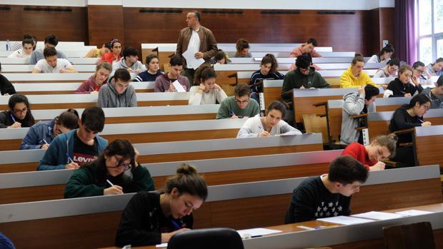 Alumnos realizando las pruebas de acceso a la Universidad en la Facultad de Medicina en Santiago