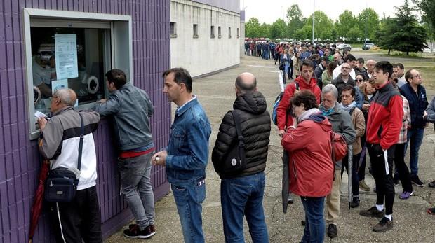 Cola para entrar en la tienda oficial del Real Valladolid para comprar entradas, en el centro de la ciudad