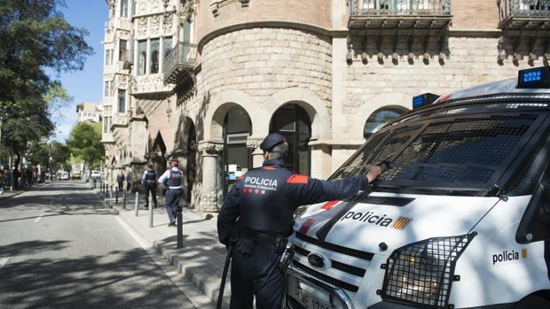 Sede barcelonesa del Diplocat, acordonada por los Mossos cuando la registradó la Guardia Civil en abril